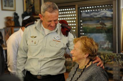 """גנץ נפגש עם אסתר פרידמן (צילום: דו""""צ)"""