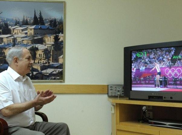 """ראש הממשלה צופה במתעמל אלכס שטילוב (צילום ארכיון:משה מילנר/לע""""מ)"""