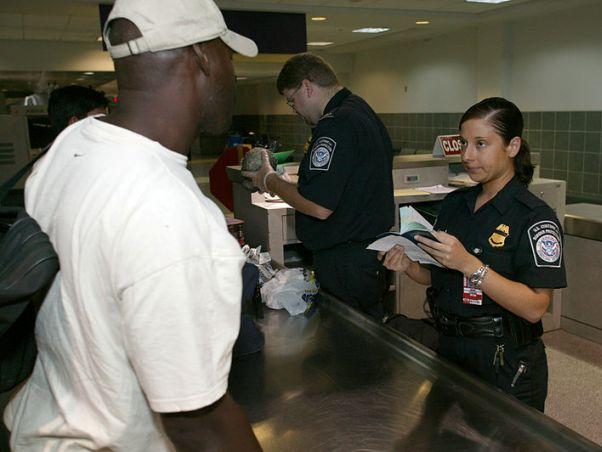"""בדיקות בכניסה לארה""""ב (צילום: James R. Tourtellotte, ויקימדיה)"""