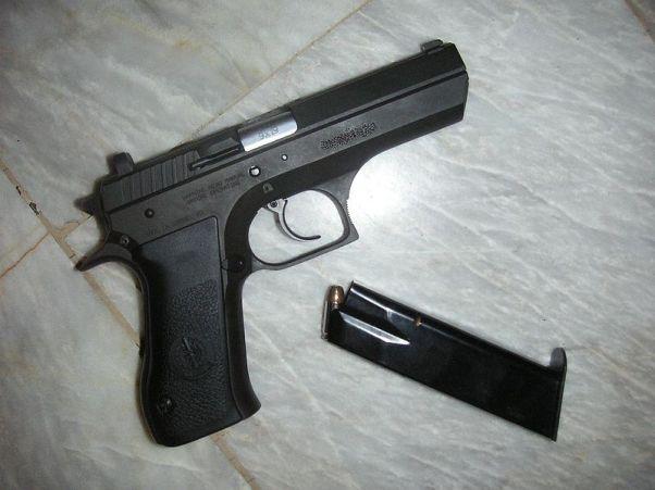 ירה באשתו לעיני הבת וירה שוב לווידוא הריגה