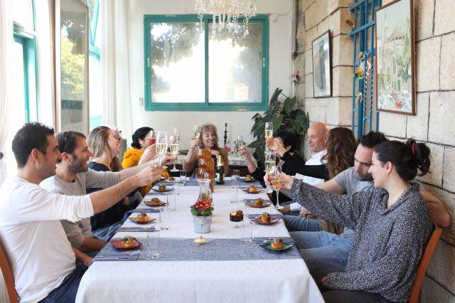 הארוחות מוגשות על שולחן גדול הניצב במרפסת מוארכת, הסגורה בחלונות זכוכית גדולים, צופים לנופה של עין כרם ולהרים המוריקים. (צילום: מיכל פתאל)