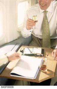גברים אוהבים לשתות אלכוהול בטיסה