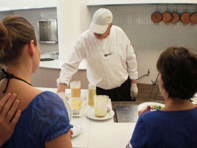 """מכינים חביתות לארוחת בוקר במלון באילת. הנסיונות שנעשו במרוצת השנים לבטל את הפטור ממע""""מ באילת לא צלחו עד כה. (צילום: עירית רוזנבלום)"""