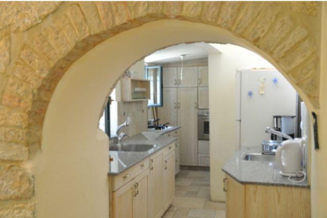 המטבח בדירה במבנה הסטורי - ארבעה חדרים לשבעה אורחים ב-300 דולר ללילה. (צילום: tellavista)
