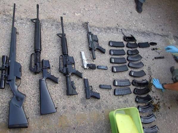 """הנשקים שנתפסו בביתו של טייטל (צילום: השב""""כ)"""