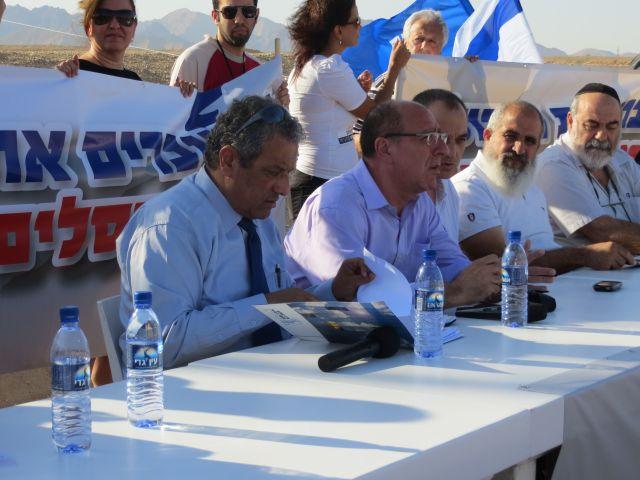 """ישיבת המחאה באילת. משמאל: ראש העיריה, מאיר יצחק הלוי  ומ""""מ ראש העיריה, אלי לנקרי.  להצעיד את אילת קדימה"""