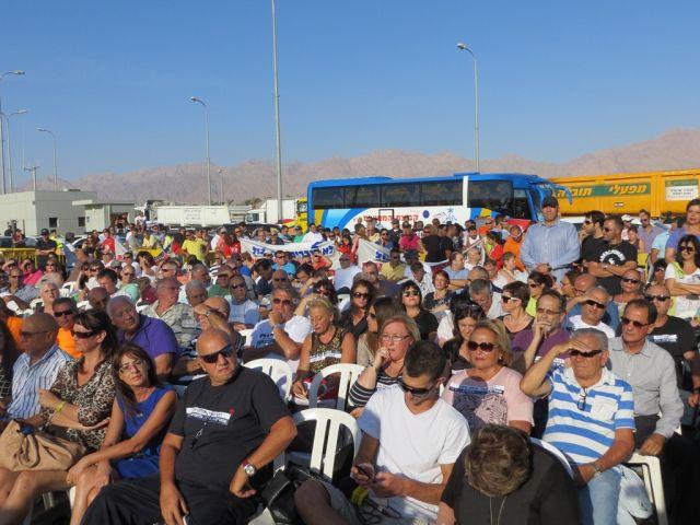 ישיבת מחאה אתמול באילת. במסגרת הישיבה שנערכה במחסום הצפוני בכניסה לאילת, נחסמה הכניסה לעיר ונוצרו שיבושי תנועה כבדים לאורך כל זמן הישיבה.