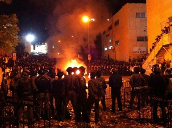 לא יפחידו אותנו. שוטרים בהפגנת החרדים (צילום: משטרת ישראל)