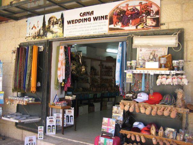 חנות לתיירים נוצריים בכפר כנא ליד נצרת. שר התיירות עוזי לנדאו: מדובר בייצוא לכל דבר. (צילום: דלן טימותי)