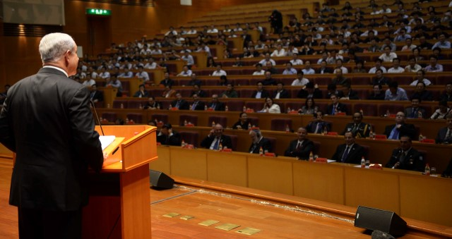 ראש הממשלה נואם בפני תלמידי ביה''ס המרכזי של המפלגה הקומוניסטית בבייג'ינג. (צילום: אבי אוחיון/ לע''מ)