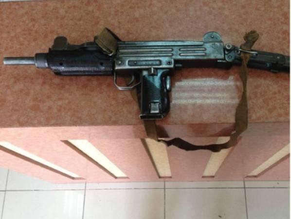 רובה העוזי שהחזירה האישה לתחנה (צילום: משטרת ישראל)