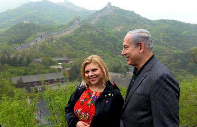 """ראש הממשלה ורעייתו על החומה הסינית. """"מעורר השראה"""" (צילום: אבי אוחיון/לע""""מ)"""
