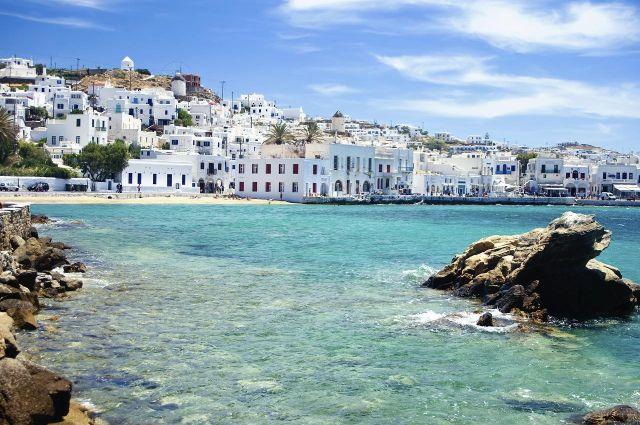 החוף של העיר מיקונוס ביוון. האי מיקונוס מושך אליו סלבריטאים, כוכבי קולנוע וספורט ותיירים מכל רחבי העולם