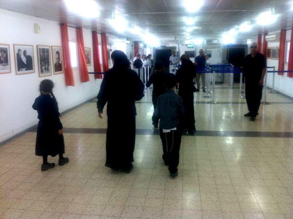 המשפחה החרדית מוחזרת לישראל (צילום: משה גרינשפן)