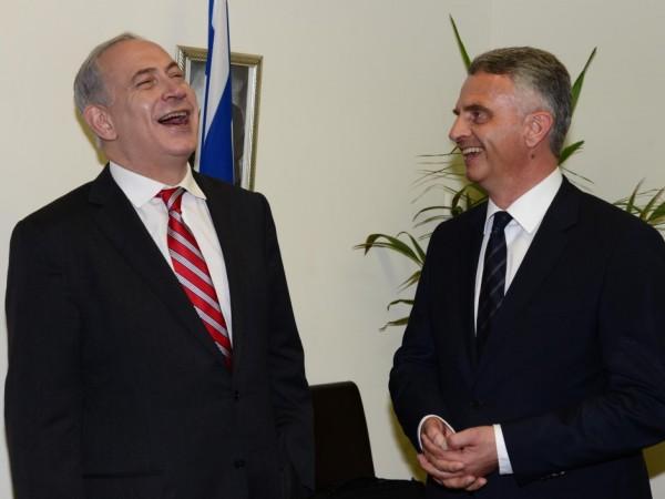 """מה הצחיק אותם? ראש הממשלה נתניהו ושר החוץ השוויצרי בורקהאלטר (צילום: משה מילנר/לע""""מ)"""