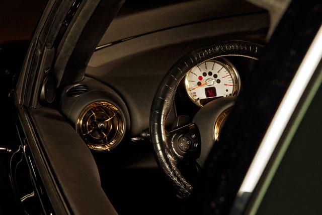 """מבט אל לוח המחוונים. """"Life Ball MINI 2013"""". צילום באדיבות BMW GROUP"""
