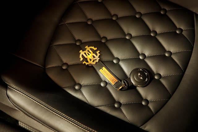 """אין על קוואלי: עיצב גם מחזיק מפתחות תואם. """"Life Ball MINI 2013"""". צילום באדיבות BMW GROUP"""