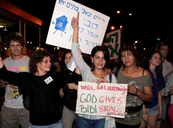 """""""אלוהים נתן וביבי גנב"""". מפגינים בבאר שבע (צילום: אלברטו דנקברג)"""