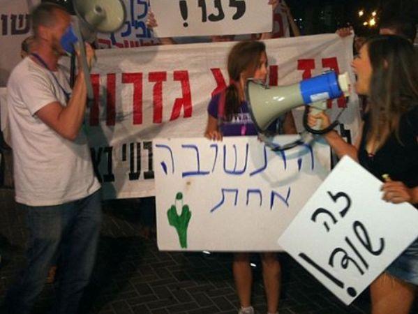 מפגינים בדרך לביתו של יצחק תשובה (צילום: ציפי מנשה)