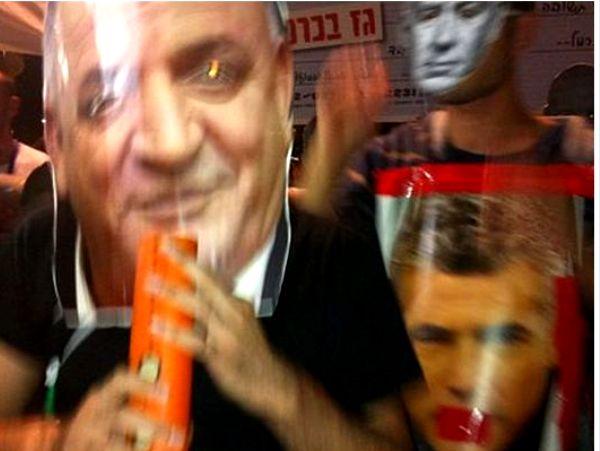 המפגינים נושאים כרזות עם פניהם של תשובה, נתניהו ולפיד (צילום: ציפי מנשה)