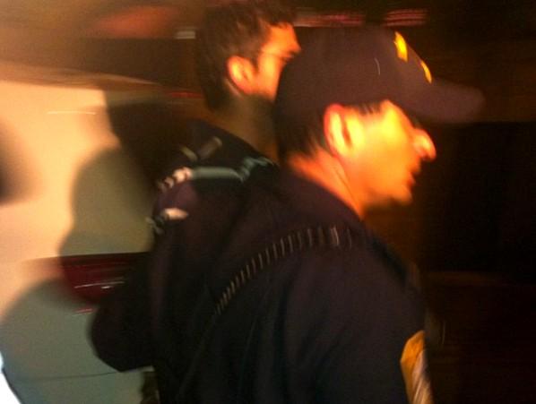 שוטר עוצר את אחד המפגינים מול ביתו של תשובה (צילום: ציפי מנשה)