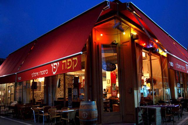 קפה יפו נמצא בלב שוק הפשפשים, סמלה של יפו הישנה. המקום רווי אווירה מקומית של פעם עם אוכל של עכשיו.(צילום מתוך האתר)