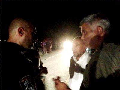 תושבים בדואים מתווכחים עם המשטרה (צילום: מען)