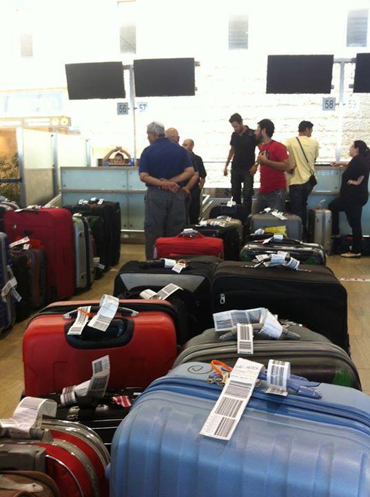 המזוודות בעת ניסוי מערכת HSB, לפני דלפקי הצ