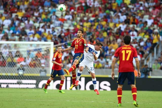הספרדי חזוס נאבאס קופץ אל הכדור במהלך משחק חצי גמר גביע הקונפדרציות 2013 שנערך באצטדיון קסטלאו. 27.6.2013. צילום: ADIDAS