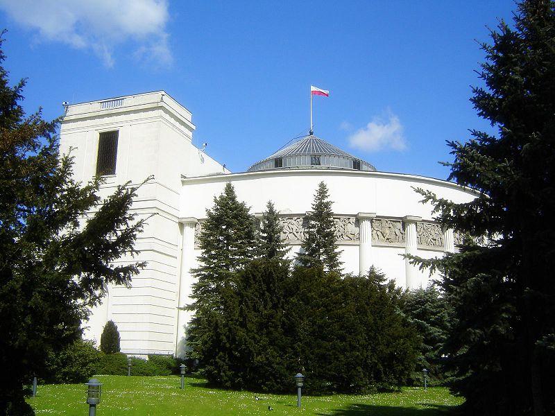 """בניין הפרלמנט הפולני (הסיים) בוורשה. שגריר ישראל בפולין הודיע: """"לא נשתתף בעבודות ההכנה לביקור"""" (צילום: ויקיפדיה)"""