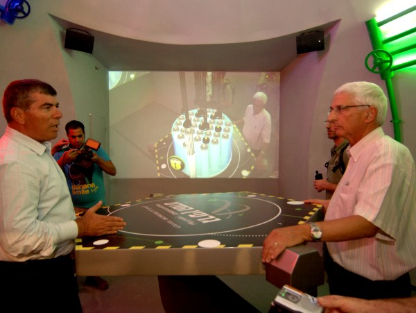 """דב ברק מקמ""""ג וגבי אשכנזי בתערוכת גרעין המדע שנועדה להנגיש את סודות האטום (צילום: דודו גרישפן)"""