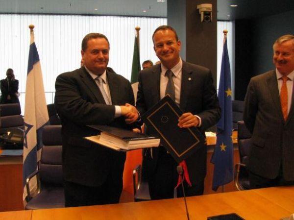 השר ישראל כץ ונשיא מועצת התחבורה, התקשורת והאנרגיה של האיחוד האירופי, ליאו ורדקאר, לאחר החתימה על ההסכם
