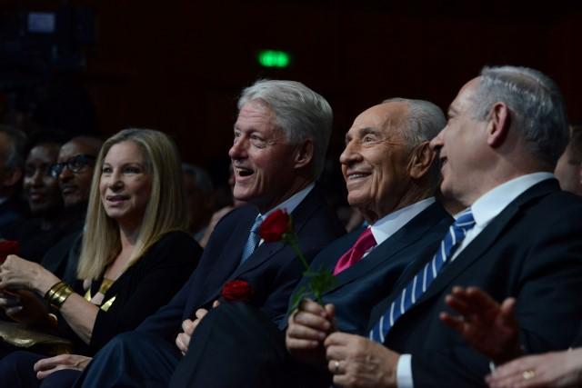 """החגיגה בשיאה: נתניהו, פרס, קלינטון וסטרייסנד. (צילום: קובי גדעון/לע""""מ)"""