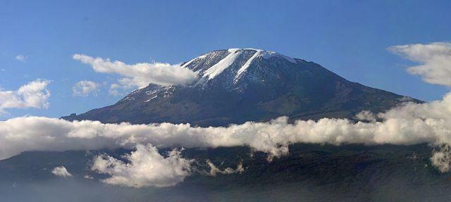 ההר קילימנג'רו בטנזניה, ההר הגבוה ביותר באפריקה. בספטמבר בטיסה ישירה. (צילום: Muhammad Mahdi Karim, ויקיפדיה)