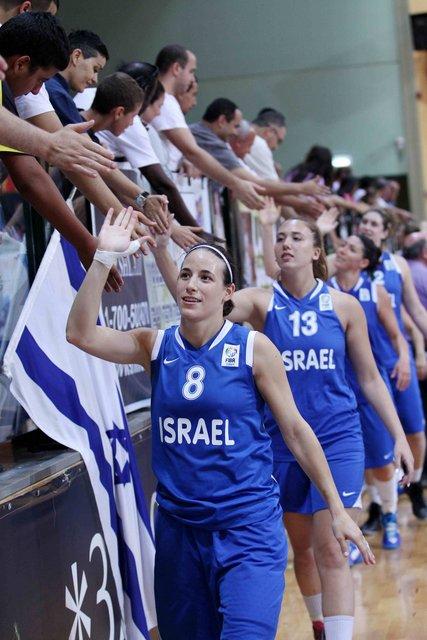 שחקניות נבחרת ישראל עולות על המגרש. ראשונה - שי דורון (8) ואחריה - בר גלינסקי (13). צילום: עודד קרני, איגוד הכדורסל