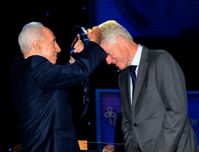 """""""זוהי זכות גדולה בעבורי לענוד על צווארך היום את האות  הגבוה ומכובד ביותר  בישראל"""" (צילום: משה מילנר/לע""""מ)"""