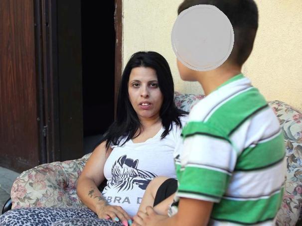 """נאמר להם: """"אין לו מה לחזור לבית הספר"""". ל""""ש ובנה (צילום: אלברטו דנקברג)"""