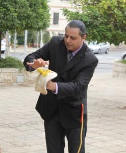 """יוני אלאדיני, הקוסם והאמן האל-חושי המכונה """"אלאדיני הגדול"""", מעביר את המשתתפים חוויה יוצאת דופן במושבה הגרמנית בחיפה. (צילום: עמותת התיירות חיפה)"""
