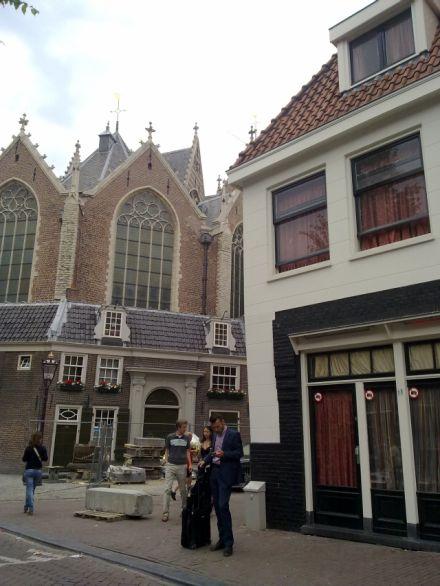 """הו אמסטרדם: """"חלונות אדומים"""" ליד כל כנסיה"""