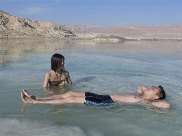 תיירים צפים בים המלח. עלייה רציפה בתיירות. (צילום: איתמר גרינברג למשרד התיירות)