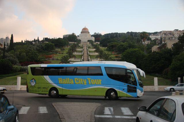 אוטובוס לסיור בחיפה, על רקע הגנים הבהאים. הסיור הפנורמי המודרך עובר בפינות הקסם של חיפה. (צילום: עמותת התיירות חיפה)
