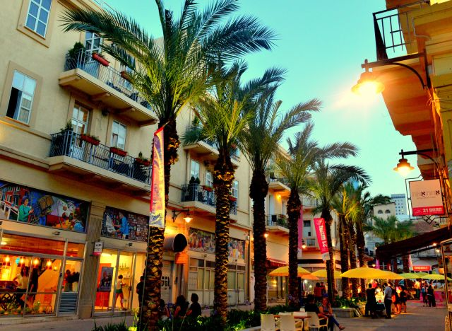 אזור העיר התחתית, השוק הטורקי ומתחם 21, מזמינים את המסיירים ליהנות ממתחם העיר התחתית המתחדש והמתפתח. (צילום: עמותת התיירות חיפה)
