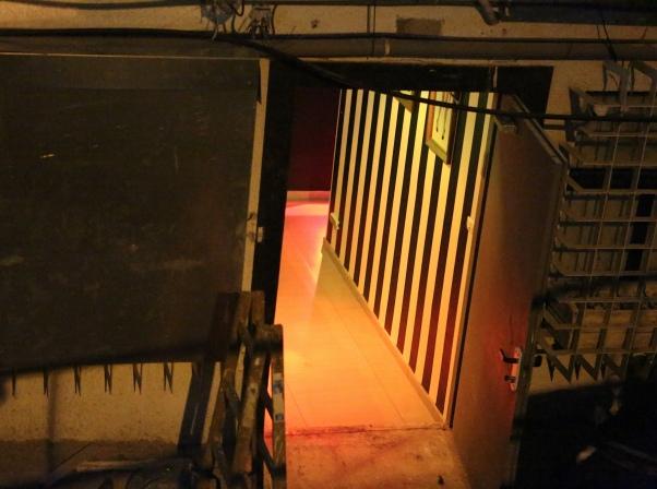 הכניסה לבית בושת (צילום: נירה ידין)