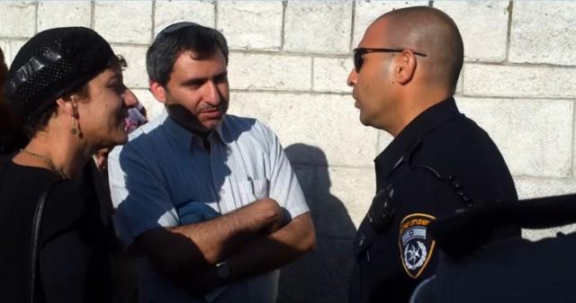 חברי הכנסת אלקין ומועלם עם קצין המשטרה אבי ביטון (צילום: באדיבות המטה המשותף של תנועות המקדש)