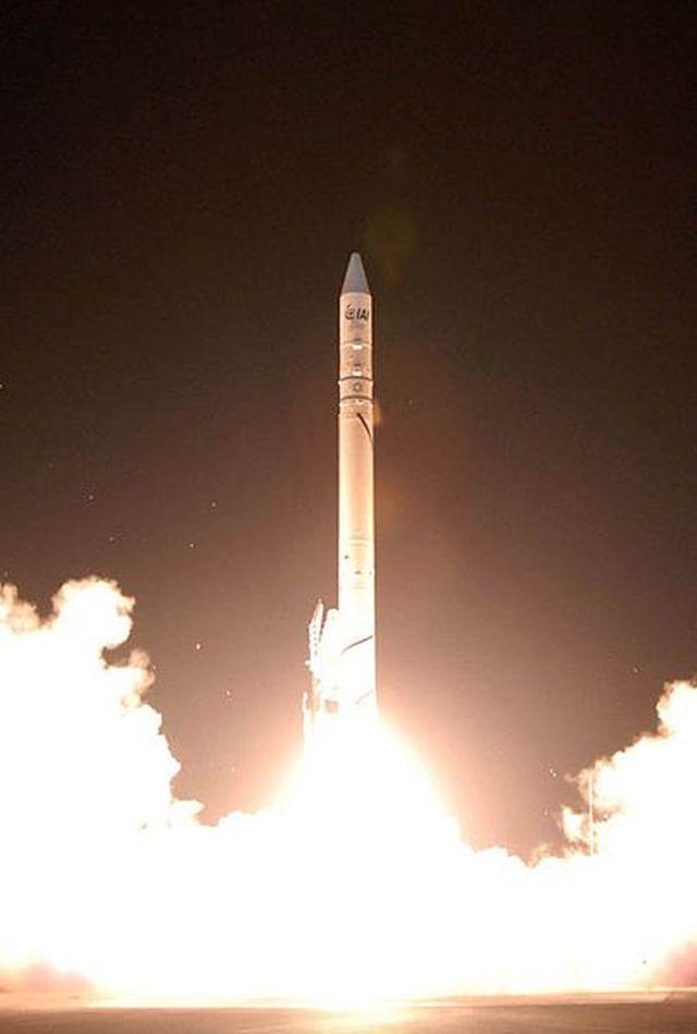 טיל שביט בעת שיגור לוויין אפק 7. מעריכים, כי הטיל נבנה על בסיס טיל יריחו. צילום: וקיפדיה