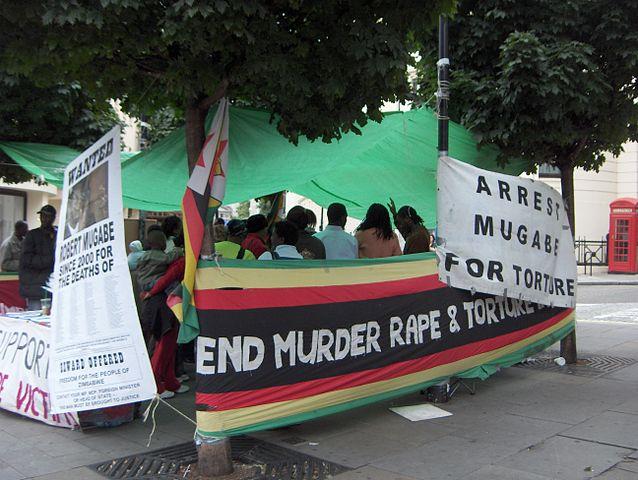 מפגינים נגד שלטון מוגבה מחוץ למדינה (צילום: TwoWings, ויקימדיה)