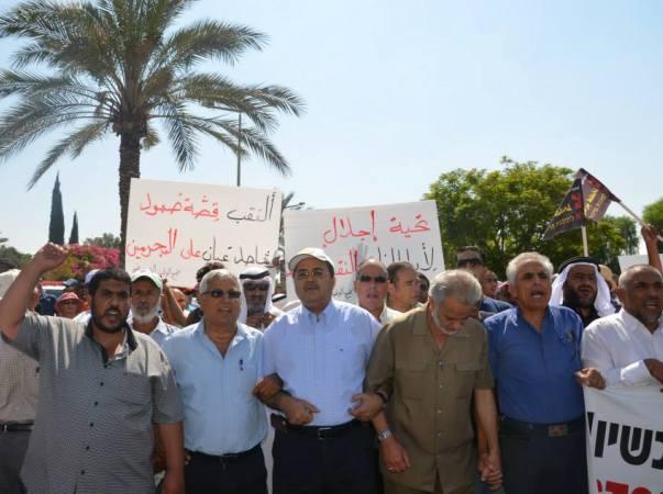חוק נפרד לערבים ויהודים. מפגינים נגד חוק פראוור (צילום: דף הפייסבוק של אחמד טיבי)