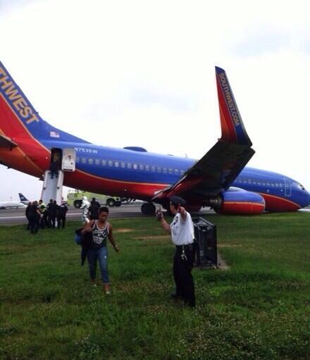 נוסעי סאות'ווסט מוצאים מהמטוס לאחר הנחיתה על החרטום
