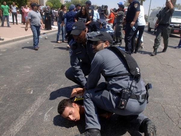 פרובוקציות במכוון? המשטרה מבצעת מעצר של מפגינים שחסמו כביש