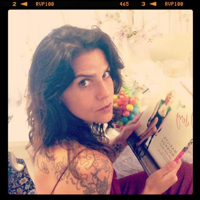 ענבל רביב ומודל הנשיות- מרלין מונרו. ענבל רביב: צילום אינסטגרם